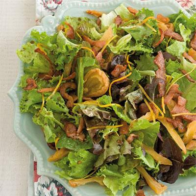 Green salad with pear and bacon